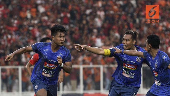 Ahmad Nur Hardianto saat selebrasi bersama tim Arema setelah menjebol gawang Persija di SUGBK, Jakarta (3/8/2019). (Bola.com/Yoppy Renato)