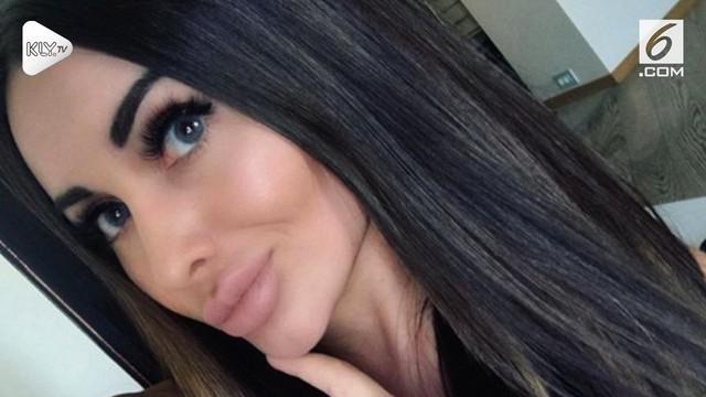 Seorang model seksi Rusia ditilang karena tak membawa surat kendaraan. Alih-alih patuh, ia malah mengajak polisi yang menilangnya untuk 'threesome'.