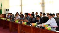 Puluhan warga pencari limbah batu bara di aliran sungan Bengkulu Tengah mendatangi kator Gubernur Bengkulu untuk meminta keadilan (Liputan6.com/Yuliardi Hardjo)