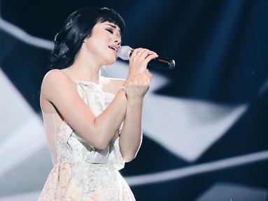 Pada saat tampil di atas panggung, Yura Yunita terlihat mengenakan gaun berwarna putih. Penampilan pelantun lagu Harus Bahagia ini terlihat makin anggun dan memesona. Tak heran jika Yura selalu banjir pujian soal penampilannya. (Liputan6.com/IG/@yurayunita)
