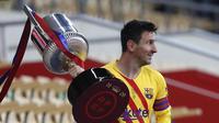 Bintang Barcelona Lionel Messi memegang trofi setelah memenangkan final Copa del Rey Spanyol 2021 melawan Athletic Bilbao di stadion La Cartuja di Seville, Spanyol, Sabtu 17 April 2021. (AP Photo / Angel Fernandez)