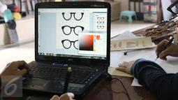 Pemilik brand kacamata kayu Kabau Bonny Andrew sedang mensketsa kacamata di studio Namines, Jakarta, Kamis (18/08/2016). Kacamata kayu Kabau di jual dari harga 1,3 juta sampai 1,5 juta. (Liputan6.com/Herman Zakharia)