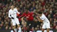 Gelandang Manchester United, Paul Pogba, berduel dengan gelandang Paris Saint-Germain, Marquinhos, pada leg pertama 16 Besar Liga Champions di Old Trafford, Rabu (12/2/2019) malam waktu setempat.  (AP Photo/Dave Thompson)