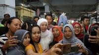 Cagub Jatim Khofifah berkampanye di Pasar Besar Madiun.