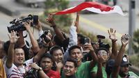 Pemain Timnas Indonesia U-22, Osvaldo Haay menaiki bus tingkat saat konvoi menuju Istana Negara Jakarta, Kamis (28/2). Pawai tersebut untuk merayakan keberhasilan skuat Garuda Muda menjuarai Piala AFF U-22 di Kamboja. (Bola.com/M Iqbal Ichsan)
