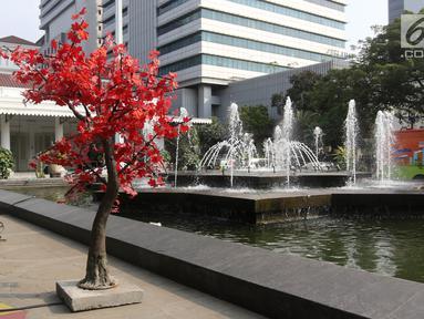 Sejumlah pohon imitasi terpasang di halaman Balai Kota DKI Jakarta, Senin (4/6). Pohon imitasi yang sempat viral terpasang di trotoar-trotoar Jakarta itu kini menghiasi halaman Gedung Balai Kota dan DPRD DKI. (Liputan6.com/Arya Manggala)