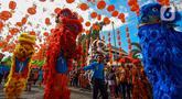 Atraksi barongsai memeriahkan karnaval  budaya saat Festival Grebeg Sudiro di kawasan Pasar Gede, Surakarta, Jawa Tengah, Minggu ( 19/1/2020). Grebeg Sudiro merupakan acara tahunan untuk menyambut Tahun Baru Imlek. (Liputan6.com/Gholib)