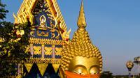 Sebuah foto udara menunjukkan masker diletakkan pada wajah patung Buddha raksasa di kuil Wat Nithet Rat Pradit di Pathum Thani di luar Bangkok, Thailand, 12 Mei 2020. Pemasangan masker tersebut sebagai tanggapan terhadap penyebaran pandemi Covid-19. (Photo by Mladen ANTONOV / AFP)