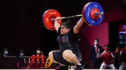 Lifter Indonesia Nurul Akmal berlaga pada cabang angkat besi +87 kg putri Olimpiade Tokyo 2020 di Tokyo, Jepang, Senin (2/8/2021). Nurul Akmal hanya berada di posisi lima dengan total angkat 256 kg. (AP Photo/Seth Wenig)