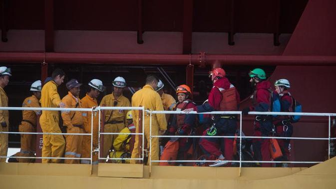 Aktivis Greenpeace (pakaian berwarna merah) saat ditahan oleh kru tanker Stolt Tenacity di Teluk Cadiz, Spanyol (17/11) (sumber: Greenpeace)