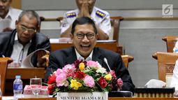 Menteri Agama Lukman Hakim Saifuddin tertawa saat mengikuti Rapat Kerja dengan Komisi VIII DPR terkait evaluasi laporan penyelenggaran haji 2018 di Gedung Nusantara II, Kompleks Parlemen Senayan. Jakarta, Senin (26/11). (Liputan6.com/Johan Tallo)