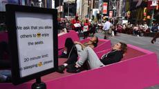 Sejumlah orang berjemur di Pedestrian Times Square, New York, AS, Selasa (2/5). Cuaca hangat di New York dimanfaatkan warga untuk berjemur. (AFP PHOTO / TIMOTHY A. CLARY)