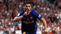 Penyerang Barcelona, Luis Suarez melakukan selebrasi usai mencetak gol ke gawang Sevilla di final Copa del Rey di stadion Wanda Metropolitano di Madrid (21/4). Barcelona menang 5-0.  (AP Photo / Paul White)