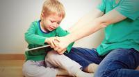 Ilustrasi anak bermain gadget. (Shutterstock)