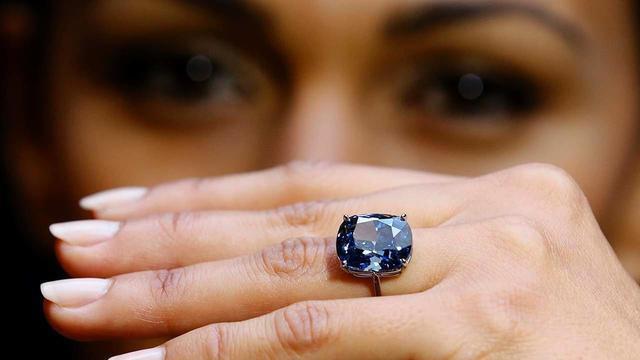 Harga berlian ini begitu mahal karena hanya sedikit persediaan berlian biru yang ada di jagat raya ini.