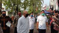Menteri Koperasi dan UKM Teten Masduki meninjau penyaluran Kredit Usaha Rakyat (KUR) untuk para pedagang di Pasar Rawamangun, Jakarta Timur, Selasa (23/6/2020). (Maulandy)