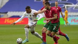 Striker Prancis, Kylian Mbappe, berusaha melewati pemain Bulgraria pada laga uji coba terakhir jelang Euro 2020 di Stade de France, Rabu (9/6/2021). Prancis menang dengan skor 3-0. (AP/Francois Mori)