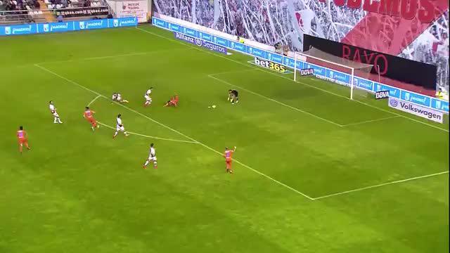 Inilah blunder fatal Diego Alves saat gagal menahan tendangan Adrián Embarba, beruntung gol dari Daniel Parejo membuat Valencia terhindar dari kekalahan di Estadio de Vallecas, Jumat (1/5/2015) dini hari WIB. (SNTV)