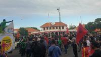 Demonstran dari berbagai elemen masyarakat memadati jalan di depan Gedung Negara Grahadi, Surabaya, Jawa Timur. (Foto:Liputan6.com/Dian Kurniawan)