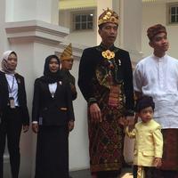 Presiden Joko Widodo bersama putranya Gibran Rakabuming Raka dan cucunya Jan Ethes jelang upacara HUT ke-74 RI di Istana Negara, Sabtu (17/8/2019). Jokowi bersama Gibran dan Jan Ethes mengenakan pakaian adat Bali. (Liputan6.com/Lizsa)