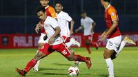 Pemain Persija Jakarta, Osvaldo Ardiles Haay (tengah) dijaga ketat pemain Borneo FC Samarinda dalam pertandingan Babak Penyisihan Grup B Piala Menpora 2021 di Stadion Kanjuruhan, Malang. Sabtu (27/3/2021). (Bola.com/Ikhwan Yanuar)
