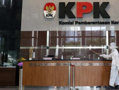 Petugas menyemprotkan cairan disinfektan di Gedung KPK, Jakarta, Selasa (22/9/2020). Penyemprotan dilakukan secara rutin untuk mengantisipasi serta menekan penyebaran virus COVID-19 menyusul temuan sedikitnya 21 kantor kementerian/lembaga yang menjadi klaster baru. (Liputan6.com/Helmi Fithriansyah)