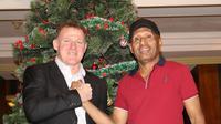 Calon pelatih anyar Persipura Jayapura, Peter Butler (kiri) bersalaman dengan Ketua Umum Persipura, Benhur Tommy Mano. (instagram.com/persipurapapua1963)
