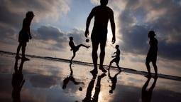 Orang-orang bermain footvolley di pantai di Tel Aviv, Israel, pada 5 Juli 2020. (AP Photo/Oded Balilty)
