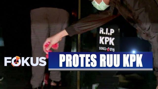 Suasana terasa haru ketika para aktivis ini membawa peti mati dan nisan sebagai simbol matinya KPK.