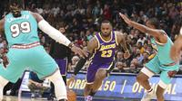 LeBron James menerobos pertahanan Grizzlies pada laga NBA (AP)