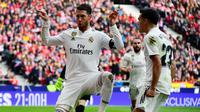 Bek Real Madrid, Sergio Ramos, merayakan gol ke gawang Atletico Madrid pada laga La Liga di Wanda Metropolitano, Madrid, Sabtu (9/2/2019). (AFP/Gabriel Bouys)