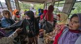 Warga  naik truk saat dievakuasi dari rumah mereka setelah letusan Gunung Merapi di Sleman, Yogyakarta (27/1/2021). Puluhan orang, sebagian besar lansia, tinggal dalam jarak beberapa kilometer dari kawah paling aktif di negara itu telah dievakuasi ke barak yang didirikan. (AP Photo/ Kasan Kurdi)