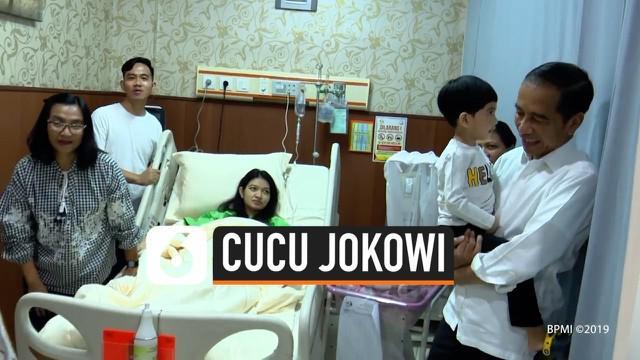 Presiden Jokowi menjenguk cucu ketiganya di RS PKU Muhammadiyah Surakarta hari Jumat (15/11). Anak kedua pasangan Gibran dan Selvi itu diberi nama La Lembah Manah.