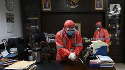 Petugas menyemprotkan disinfektan ruangan di kantor Badan Pengawas Pemilihan Umum (Bawaslu), Jakarta,  Kamis (19/3/2020). Proses sterilisasi menggunakan cairan disinfektan tersebut sebagai salah satu langkah untuk mengantisipasi penyebaran virus Corona COVID-19. (Liputan6.com/Johan Tallo)