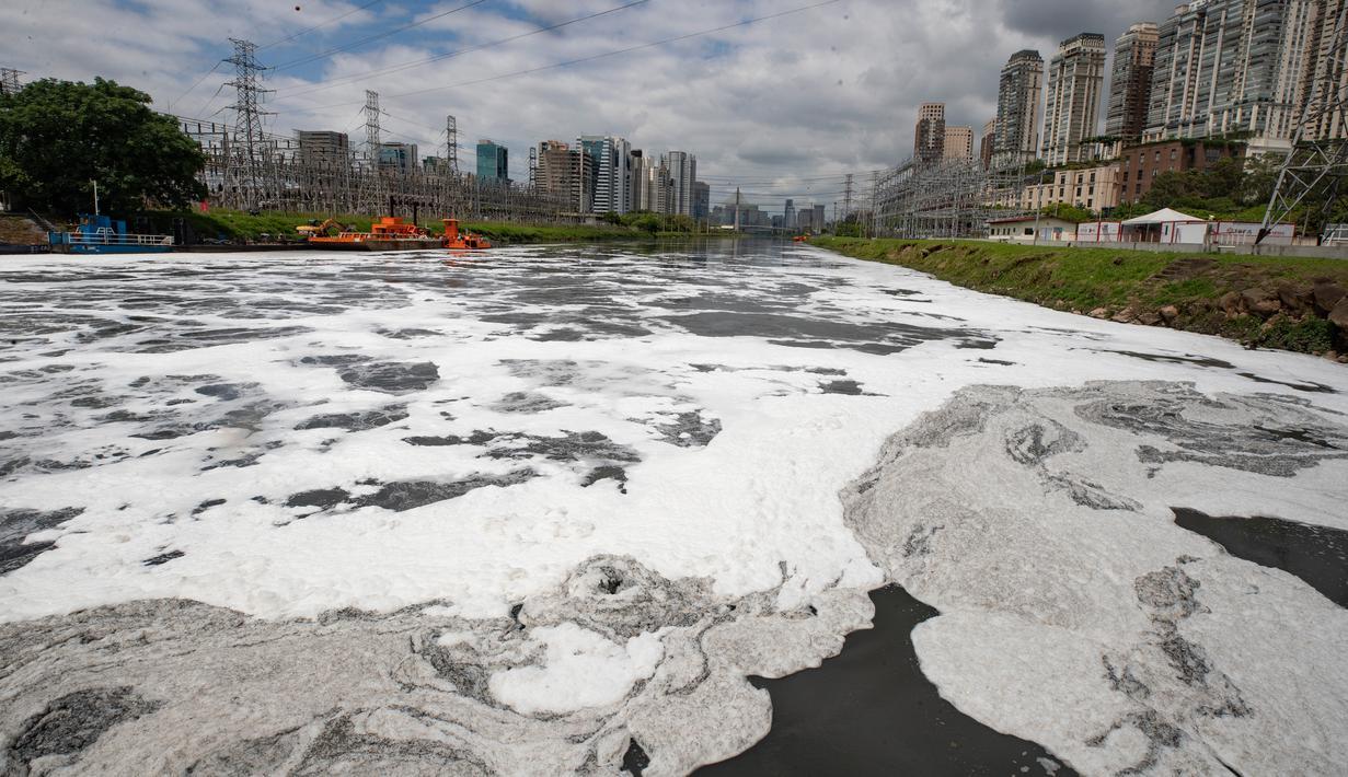 Busa menyelimuti sebagian Sungai Pinheiros di Sao Paulo, 22 Oktober 2020. Akibat pembuangan limbah domestik dan limbah padat selama bertahun-tahun, pemerintah Sao Paulo kembali mencoba membersihkan Sungai Pinheiros yang dianggap sebagai salah satu paling tercemar di Brasil. (AP/Andre Penner)