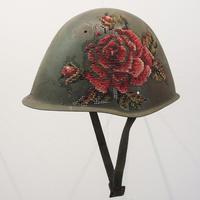 Seniman asal Lithuania membawa seni bordir ke tingkat yang lebih kece! Ia membordir di barang metal. (Via: mymodernmet.com)