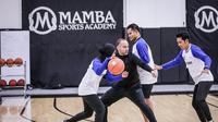 Pemain asal SMA Soverdi Tuban, Bali Julian Alexandre Chalias dan skuad putra Honda DBL Indonesia All-Star 2019 saat sedang melakukan warming up sebelum berlatih di Mamba Sports Academy, USA. (Istimewa)