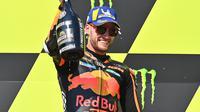Pembalap Red Bull KTM, Brad Binder, menjuarai MotoGP Republik Ceska, di Sirkuit Brno, Minggu (9/8/2020). (AFP/Joe Klamar)