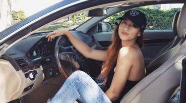 Meskipun bukan merupakan seorang seleb, namun Janisaa memiliki banyak pengikut di akun Instagramnya. Pasalnya, banyak warganet yang tertarik karena gaya berpakaian fashionable dari tunangan Mike Lewis ini. (Liputan6.com/IG/janisaas)