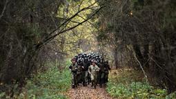 Tentara Kementerian Dalam Negeri Belarus ikut serta dalam ujian kualifikasi memperoleh 'Madder Beret' di desa Volovshchina, Minsk, Selasa (23/10). Madder Beret, simbol bergengsi atas pencapaian tertinggi dalam pelatihan tempur Belarus. (Sergei GAPON/AFP)