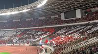 Suporter Timnas Indonesia menampilkan koreografri Garuda di SUGBK saat laga melawan Malaysia, Kamis (5/9/2019). (Bola.com/Muhammad Adiyaksa)