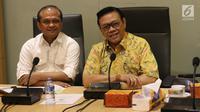 Ketua Dewan Pakar DPP Partai Golkar Agung Laksono (kanan) bersama anggota Dewan Pakar Golkar Ganjar Razuni (kiri) saat rapat dewan pakar di Kantor DPP Golkar, Jakarta, Senin (20/11). (Liputan6.com/Angga Yuniar)