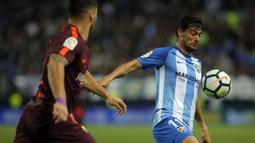 Gelandang Malaga, Chory Castro, mengontrol bola saat pertandingan melawan Barcelona pada laga La Liga di Stadion La Rosaleda, Sabtu (10/3/2018). Malaga takluk 0-2 dari Barcelona. (AFP/Stringer)