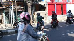 Sejumlah pengendara sepeda motor hendak putar balik dan melawan arus di kawasan Jagakarsa, Jakarta, Minggu (6/1). Jauhnya akses putar balik menyebabkan para pemotor nekat melawan arah, meskipun berbahaya bagi keselamatan. (Liputan6.com/Immanuel Antonius)