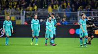 Pemain Barcelona Lionel Messi (tengah) bersama rekan-rekannya meninggalkan lapangan usai menghadapi Borussia Dortmund pada laga Grup F Liga Champions di Dortmund, Jerman, Selasa (17/9/2019). Pertandingan berakhir 0-0. (AP Photo/Martin Meissner)