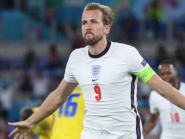 Harry Kane telah berkontribusi mencetak dua gol di perempatfinal ketika Inggris menghadapi Ukraina. Meski awalnya sempat tampil kurang meyakinkan bersama The Three Lions di babak penyisihan, Kane berhasil menjadi salah satu kandidat pencetak gol terbanyak di Euro 2020. (Foto: AFP/Pool/Ettore Ferri)