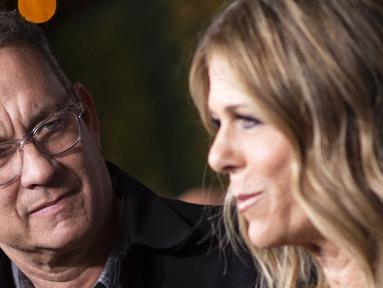 """Aktor Tom Hanks dan istri Rita Wilson menghadiri """"JONI 75: A Birthday Celebration"""" Langsung di Dorothy Chandler Pavilion di Los Angeles pada 7 November 2018. Tom Hanks dan istrinya Rita Wilson dinyatakan positif virus corona, kata aktor AS itu, Rabu lewat akun Twitternya. (AFP/Valerie Macon)"""