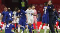Manajer Chelsea Thomas Tuchel merayakan sukses timnya lolos ke semifinal Liga Champions usai menyingkirkan Porto. Chelsea unggul agregat 2-1 meski kalah 0-1 di Stadion Ramon Sanchez Pizjuan, Rabu (14/4/2021) dini hari WIB. (AP Photo/Angel Fernandez)
