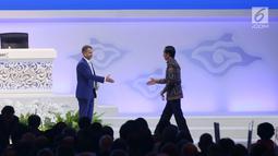 Presiden Joko Widodo bersalaman dengan Ketua Pleno Pertemuan Tahunan IMF World Bank Group Petteri Orposat rapat pleno Pertemuan Tahunan IMF - World Bank Group Tahun 2018 di Nusa Dua, Bali, Jumat (12/10). (Liputan6.com/Angga Yuniar)