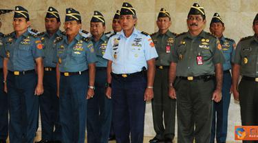 Citizen6, Jakarta: Panglima TNI Agus Suhartono, menerima laporan Korps Kenaikan Pangkat 19 Perwira Tinggi (Pati) TNI terdiri dari Pati TNI Angkatan Darat 8 Orang, TNI Angkatan Laut 7 orang dan TNI Angkatan Udara 4 orang. (Pengirim: Badarudin Bakri)